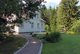 Valkoisen ja vihreän yhdistelmä on suosittu skandinaavisissa pihoissa.
