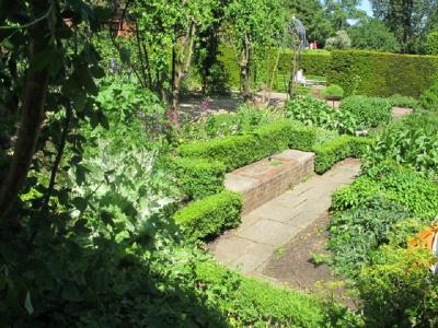 Hyvin suunnitellussa puutarhassa on mietitty lattia, seinät ja katto.